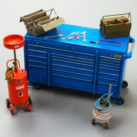 Kit carro y cajas con herramientas de taller y bidones recogeaceites - Para Maquetar - Miniatura 1:35 - Plus Model 497