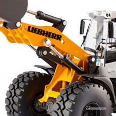 Cargadora Liebherr L 556 con ruedas - Miniatura 1:32 - Wiking 077840 detalle del brazo cargador