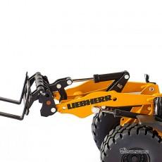 Cargadora Liebherr L 556 con ruedas - Miniatura 1:32 - Wiking 077840 detalle brazo con horquillas