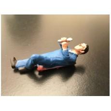Hombre mecánico tumbado con peto azul - Miniatura 1:32 - ADF 32107