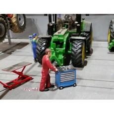 Jake empujando carro de herramientas (Buzo IH rojo) - Miniatura 1:32 - ADF 32110