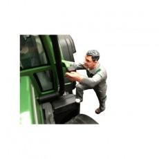 Louis entrando en el tractor - Miniatura 1:32 - ADF 32137
