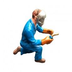 Fred soldando - Miniatura 1:32 - ADF 32127 de lado