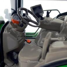 Tractor John Deere 6250R - Miniatura 1:32 - Wiking 077836 detalle volante y mandos