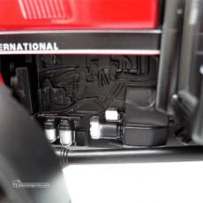 Reproducción a escala 1:32 del tractor Case IH 845XL del fabricante Replicagri Ref: REP 129 detalle motor izquierdo