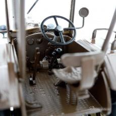 Tractor Lanz Bulldog con techo y cuba de estiércol - Miniatura 1:32 - Schuco 450769900 detalle cabina