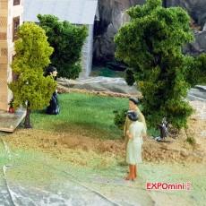 Transeúntes bien vestidos (2 mujeres y 1 hombre) - Miniatura 1:32 - Presier 63068 por la espalda