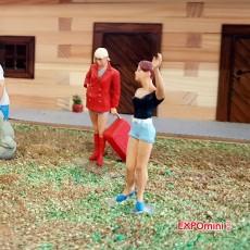 3 chicas jóvenes - Miniatura 1:32 - Presier 63070 ejemplo en diorama 2