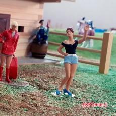 3 chicas jóvenes - Miniatura 1:32 - Presier 63070 ejemplo en diorama 2 frente