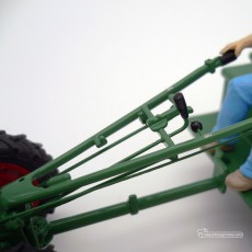 Motocultor con carro y conductor - *Ed. limitada - Miniatura 1:32 - Schuco 89520 detalle palancas de control