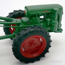 Motocultor con carro y conductor - *Ed. limitada - Miniatura 1:32 - Schuco 89520 detalle derecho del motor